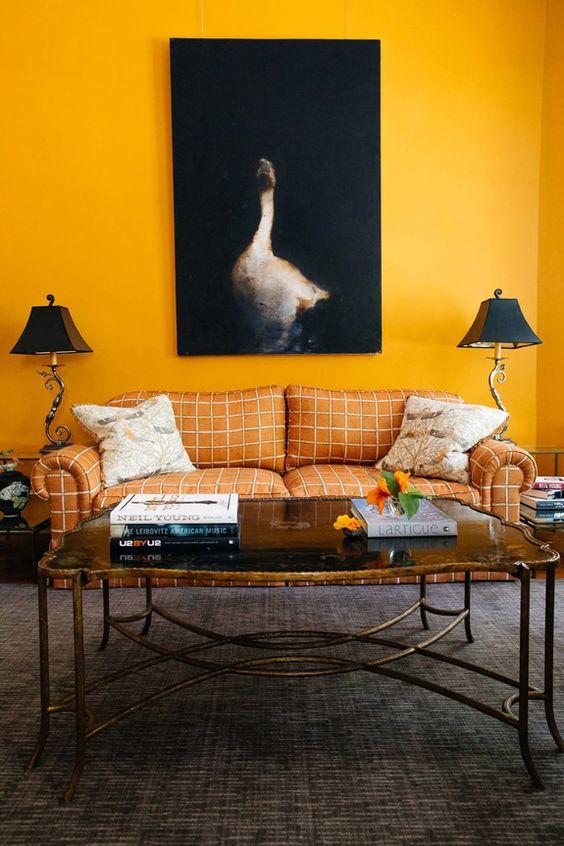 Sala decorada com parede amarela
