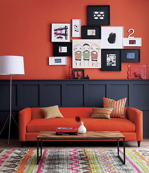 Sala decorada com parede laranja