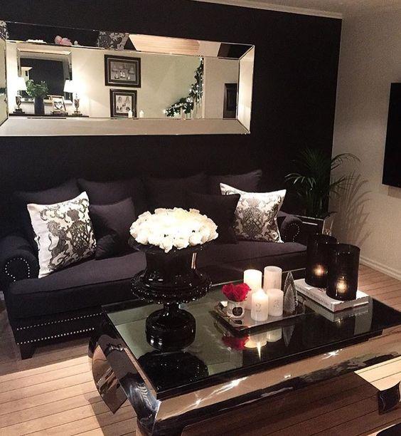 Sala decorada com parede preta