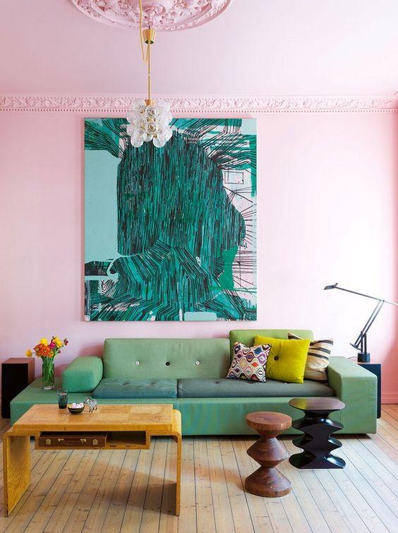 Sala com parede rosa