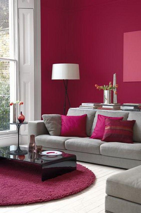 Sala decorada com parede vermelho