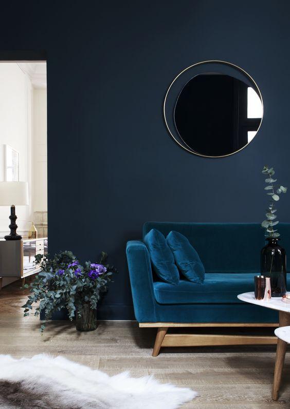 Sala com parede azul marinho/escuro