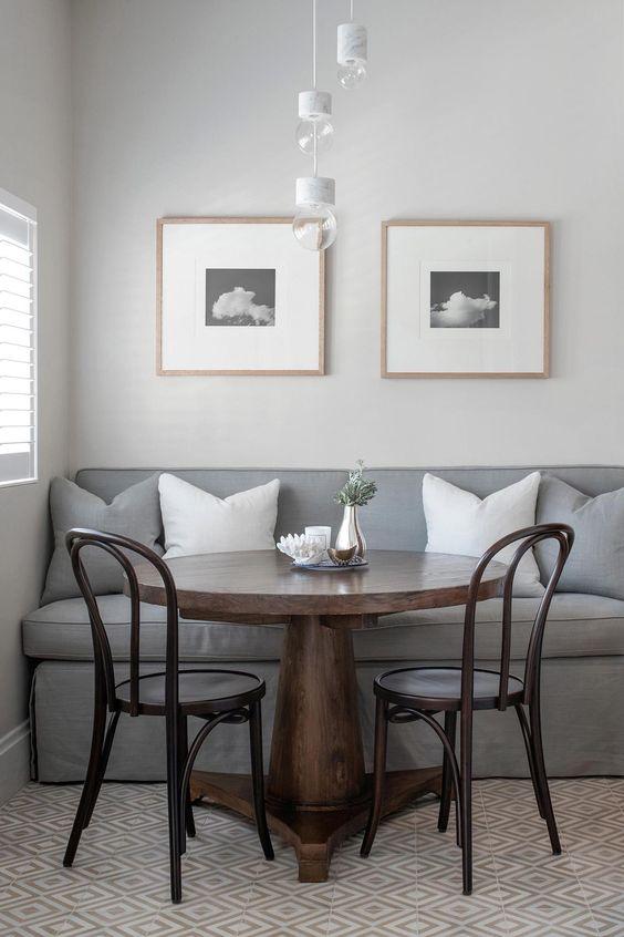 Sala pequena com mesa de jantar