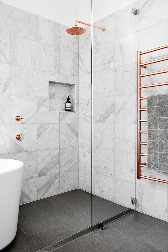 banheiro moderno com detalhe rose gold