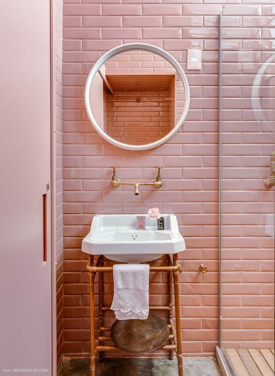 Banheiro com detalhes em cobre