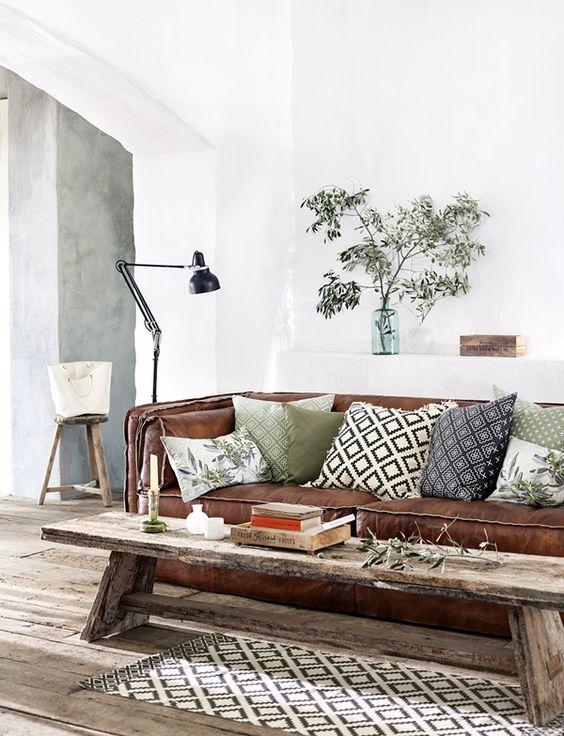 almofadas para sofá com estampas étnicas e variadas. As estampas combinam com o tapete de centro.