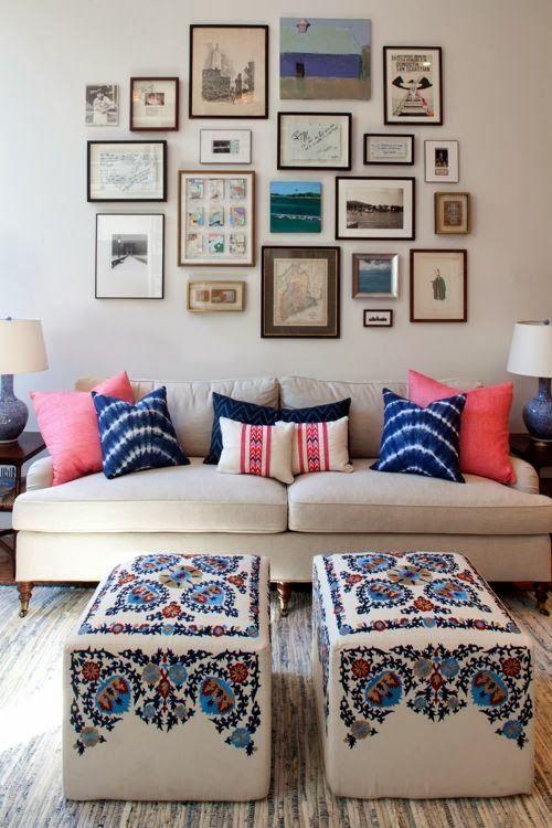 almofadas rosas e azuis para combinar com os quadros na parede