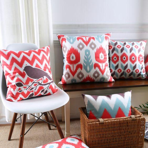 almofadas para sofá florais e coloridas e alegres. Almofada na cadeira pé palito