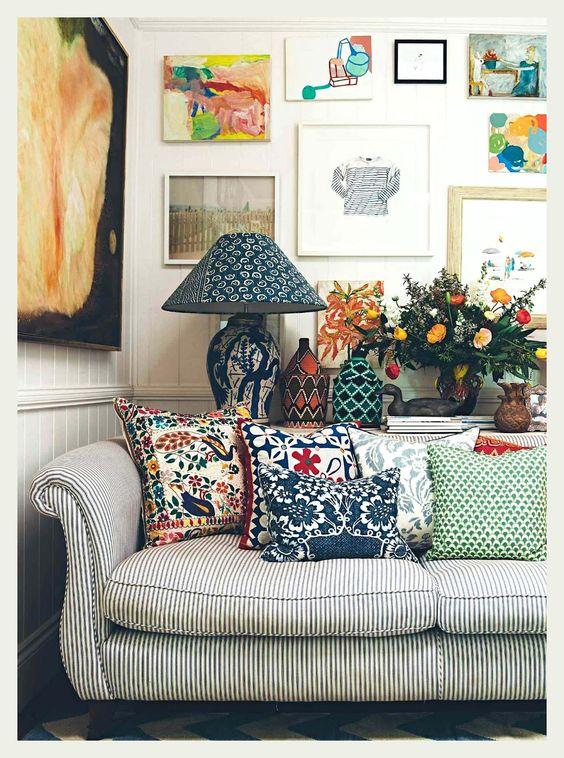 sofá listrado com almofadas bordadas