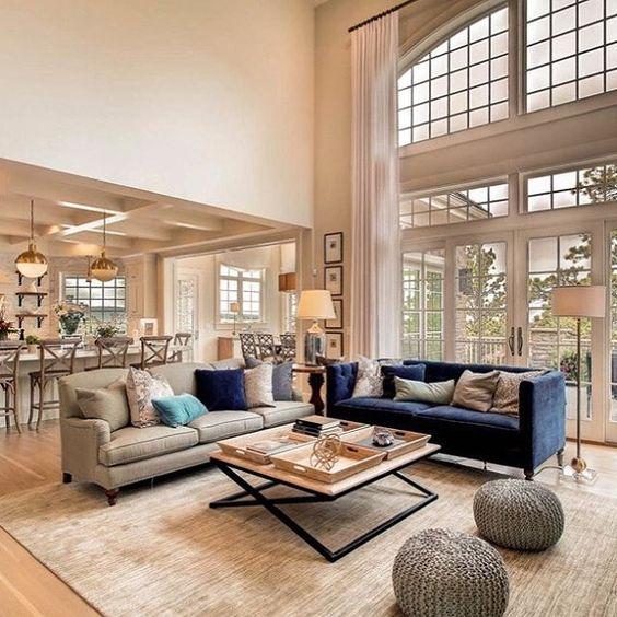 Sala com sofás diferentes com almofadas elegantes