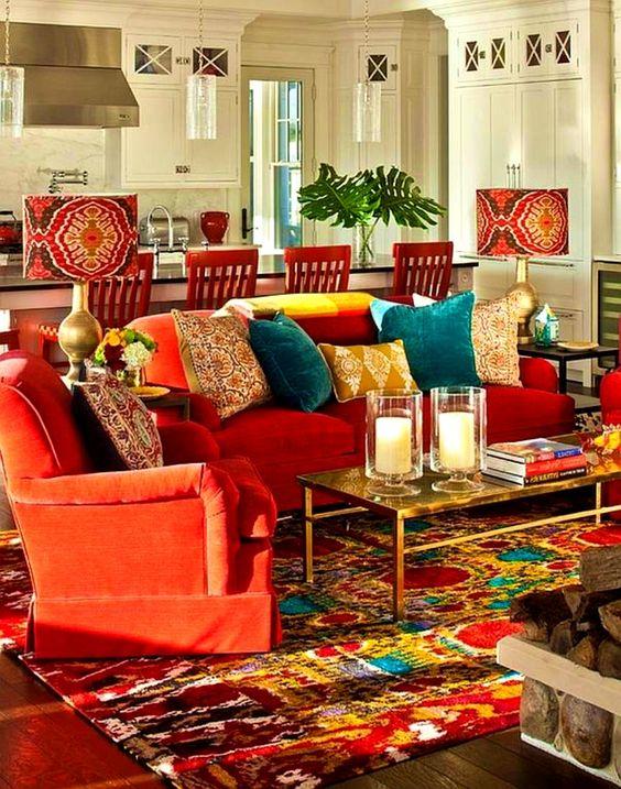 sala bem colorida com almofadas para sofá de várias cores e formatos.