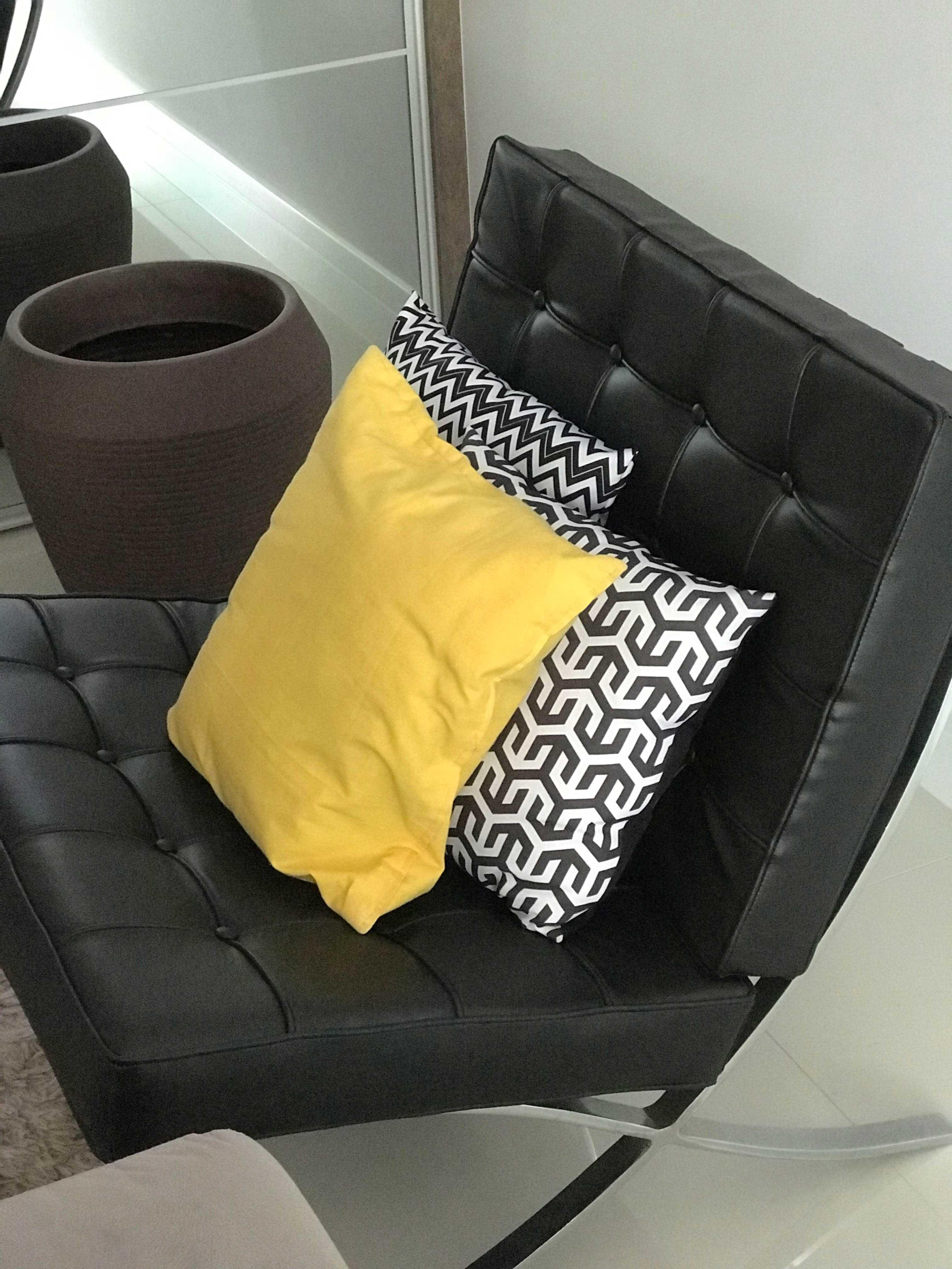 Poltrona Barcelona na cor preta com almofadas Chevron preta e branca e uma almofada amarela