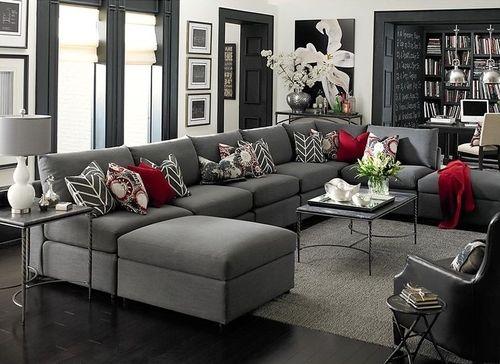Almofadas em sofá cinza em L