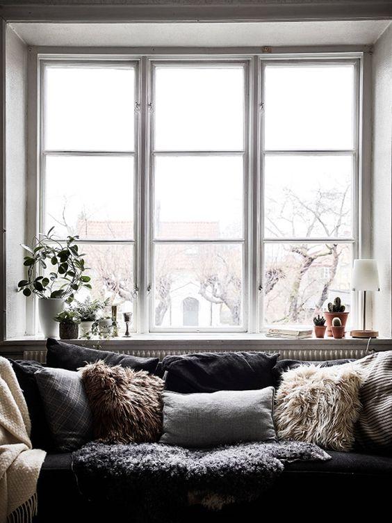 Almofadas para sofá com pelos e manta de pelo para deixar o ambiente mais aconchegante