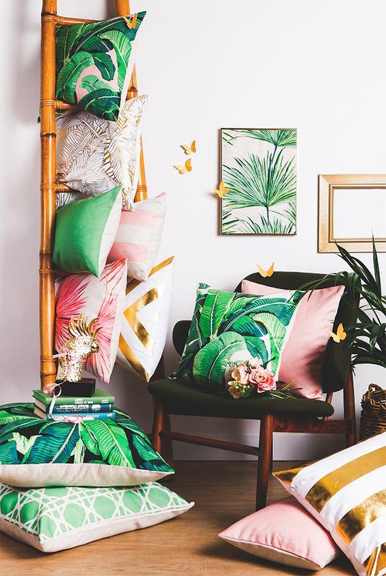 Almofadas também servem para serem colocadas nos ambientes da sala como no chão.