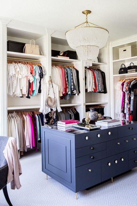 Closet branco com móvel azul ao centro