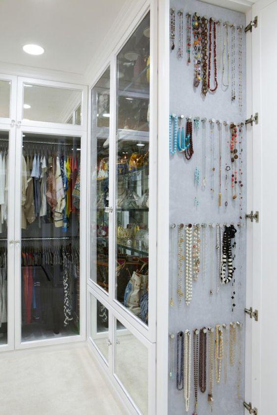 Modelos de Closet com porta de vidro e porta-bijuteria na lateral